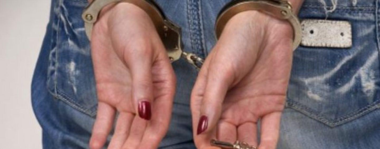 Ruba un telefonino in un negozio di elettronica: 20enne arrestata