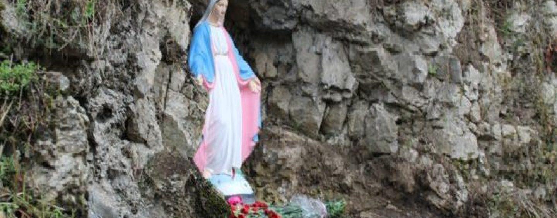 Fedeli alla Sorgente di Acqua del Pero per rendere omaggio alla Madonna