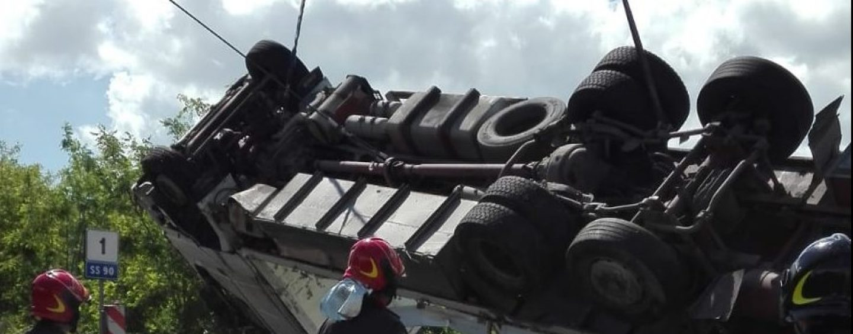 VIDEO-FOTO/ Autocarro finisce fuori strada, sfiorata la tragedia a Mirabella