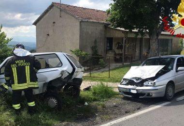 Violento impatto tra due automobili: in due finiscono all'ospedale
