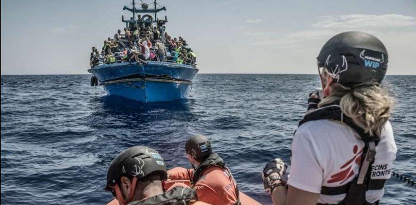 Migranti, continua il duello De Magistris-Salvini