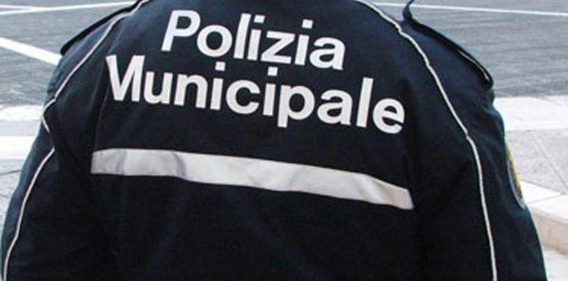 A spasso invece che a scuola: la polizia municipale li accompagna in classe