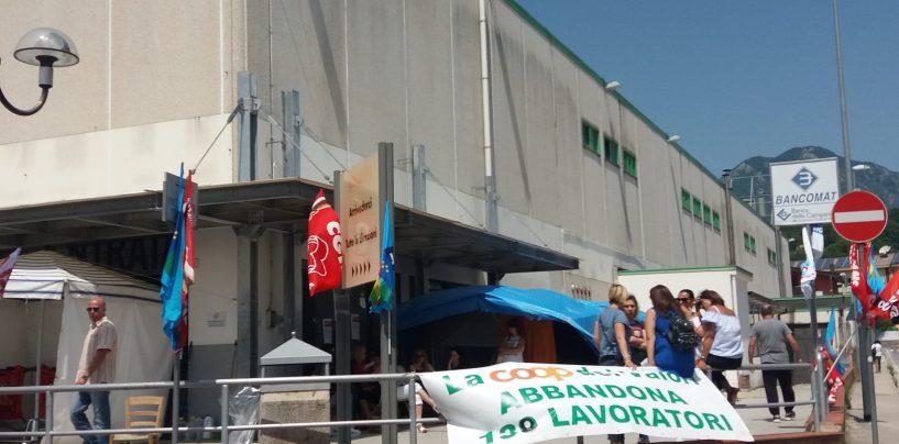 Ipercoop, i lavoratori smontano la tenda. Ancora divisioni sull'accordo