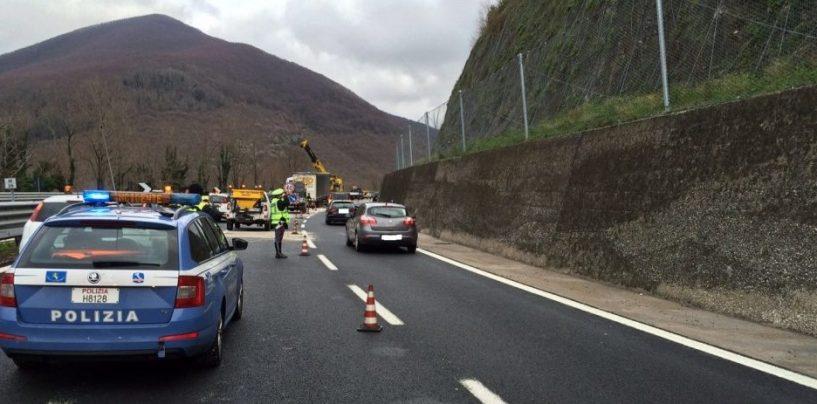 Incidente sulla Napoli-Bari: camion finisce contro un guard-rail, traffico in tilt