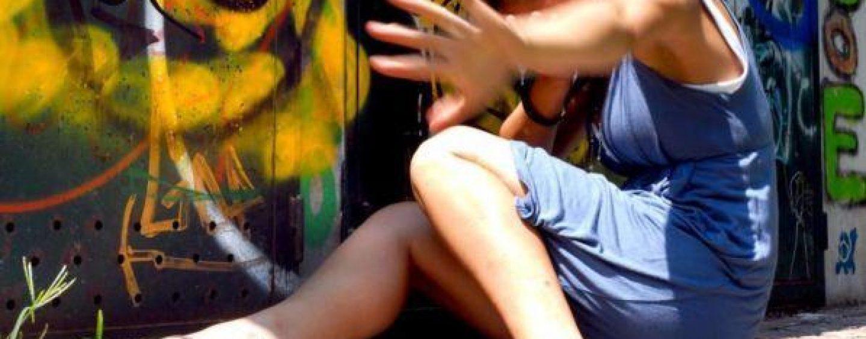 Violentata dal branco mentre era in vancanza: cinque arresti