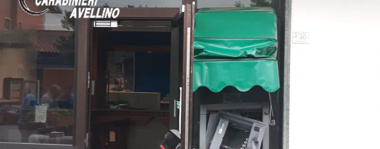 Assalto esplosivo al Bancomat: banditi in fuga col bottino