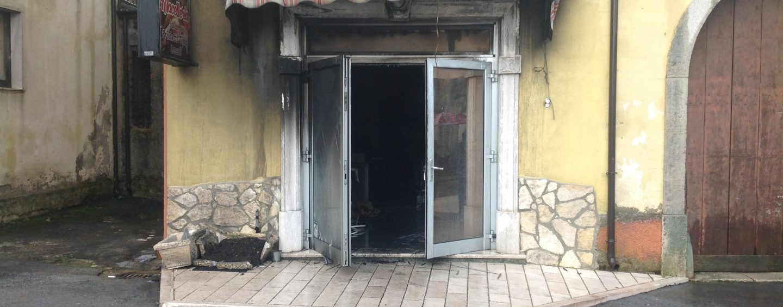 Vede la macelleria del figlio distrutta dalle fiamme: muore colta da malore