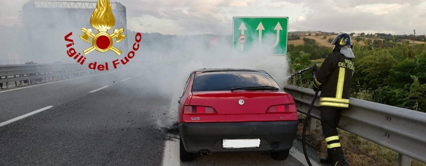 Auto a fuoco sull'A16: famiglia scampata alle fiamme