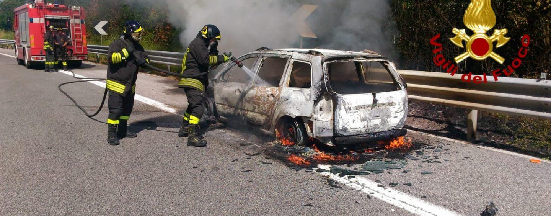Auto in fiamme sull'A16: traffico in tilt tra Baiano e Avellino