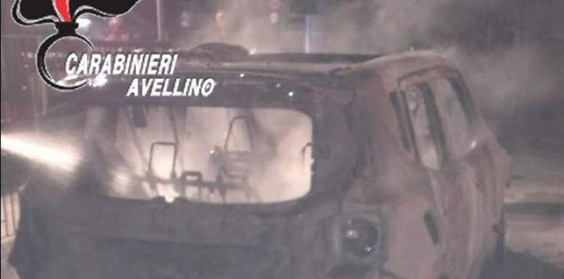 Notte di paura a Montoro, auto distrutta dalle fiamme: è dolo