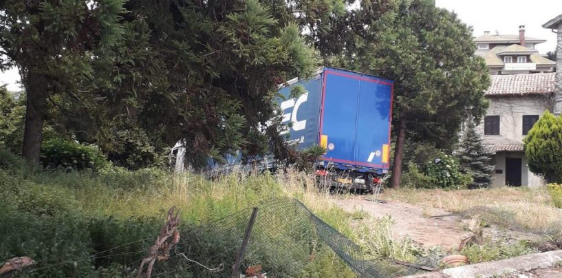 Autocarro finisce nella scarpata: paura a Contrada Amoretta