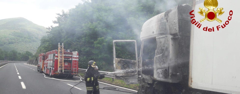 Camion in fiamme sull'autostrada Napoli-Canosa: rallentamenti e code