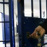 Paura nel carcere di Benevento: dà fuoco alla cella dopo un litigio, agenti intossicati