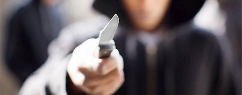 Li minacciano con coltello alla gola e pistola: in due finiscono in manette per estorsione