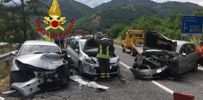 Incidente sull'Ofantina: coinvolte tre auto, uomo incastrato tra le lamiere