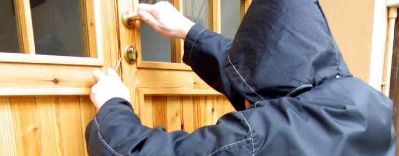 Tentano il furto in una scuola: bloccati dai Carabinieri
