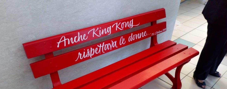 Una panchina rossa al Moscati contro la violenza sulle donne: oggi la cerimonia