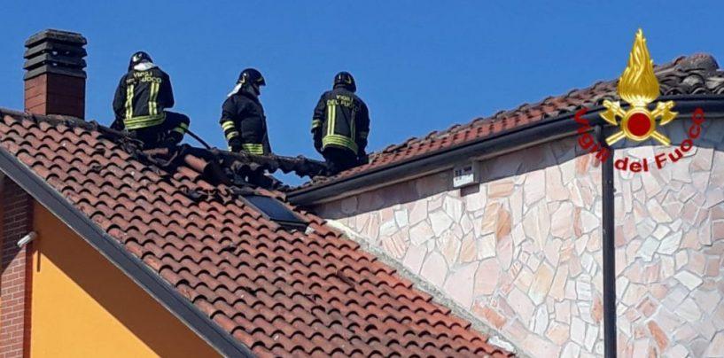 In fiamme tetto e mansarda di una villetta: arrivano i Vigili del Fuoco