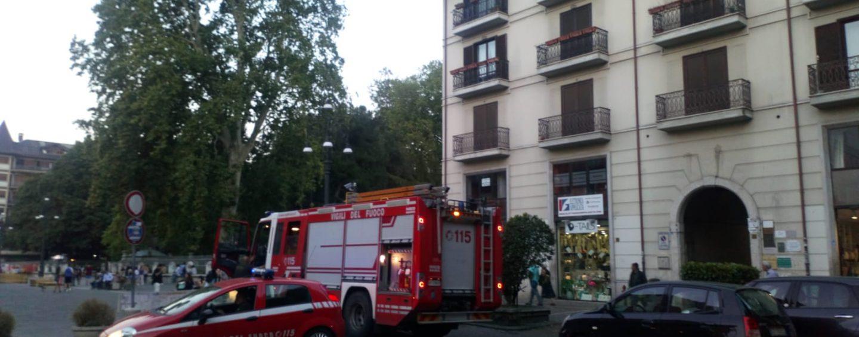Corto circuito manda in fumo un palazzo: arrivano i pompieri in centro