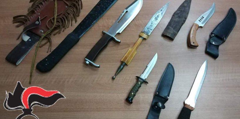 Sorpreso in possesso di machete, pugnali e una banconata falsa