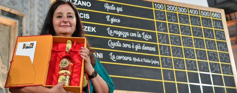 Premio Strega, dopo 15 anni vince una donna. Il trionfo della scrittrice Helena Janeczek