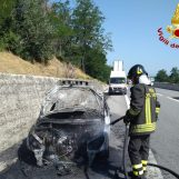 Auto prende fuoco sull'autostrada, paura sulla Napoli-Canosa