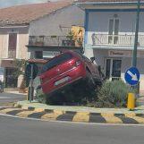 FOTO/ Perde il controllo dell'auto e finisce dritto su una rotonda