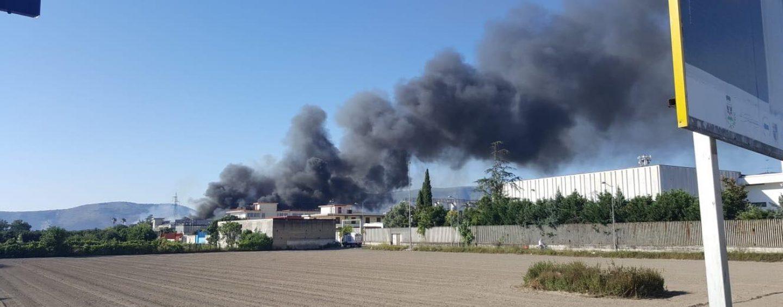 """Incendio San Vitaliano, Ambiente Spa: """"Analisi Arpac escludono rischi per la salute"""""""