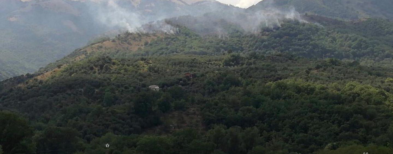 Vasto incendio a Caposele, elicottero in arrivo da Fisciano