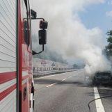 VIDEO/ Paura sull'A16, a fuoco un'automobile. Incolumi i due passeggeri