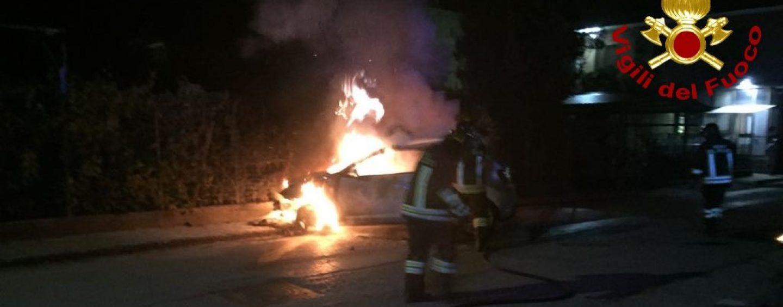Due auto a fuoco nella notte, paura a Montoro. S'indaga sulle cause
