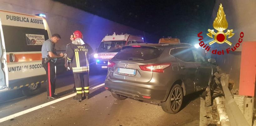 Scontro tra due auto in galleria: tre feriti e traffico bloccato