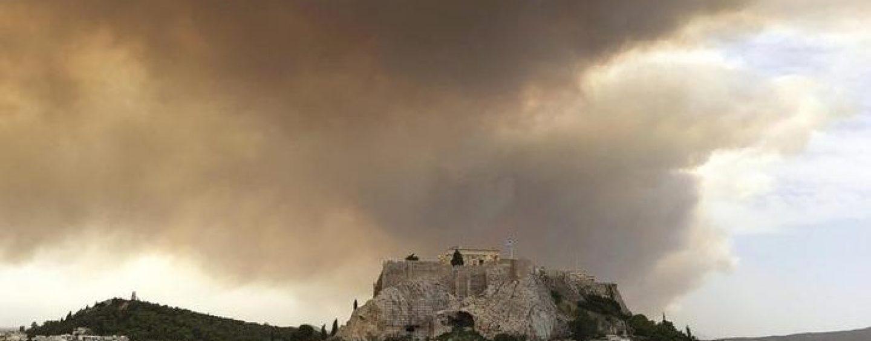 Grecia avvolta dalla fiamme: più di cinquanta vittime, tra cui un membro della Croce Rossa