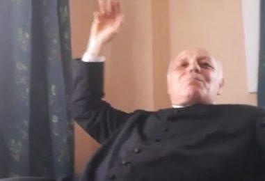 "VIDEO/ Volano schiaffi tra prete e sindaco a Torre Le Nocelle: ""Erano solo carezze"""