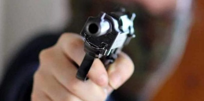 Perde il caricatore della pistola durante un tentativo di rapina: ladro in fuga