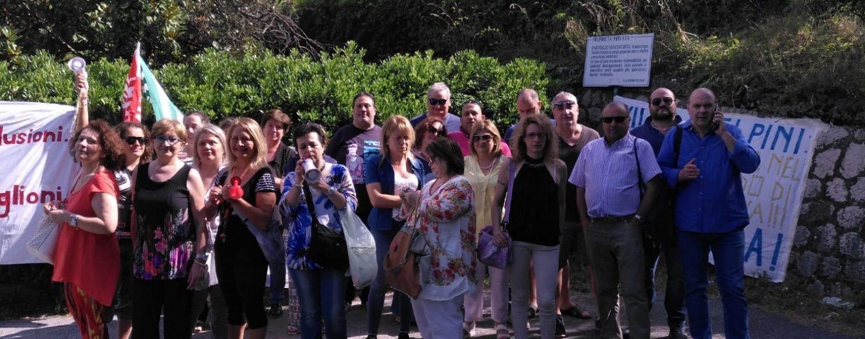 """FOTO/ Villa dei Pini, è sciopero. Lavoratori in presidio: """"No ai licenziamenti"""""""