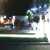 ESCLUSIVA/ In frantumi la porta del cubo a Piazza Libertà: le immagini dei due vandali (VIDEO)