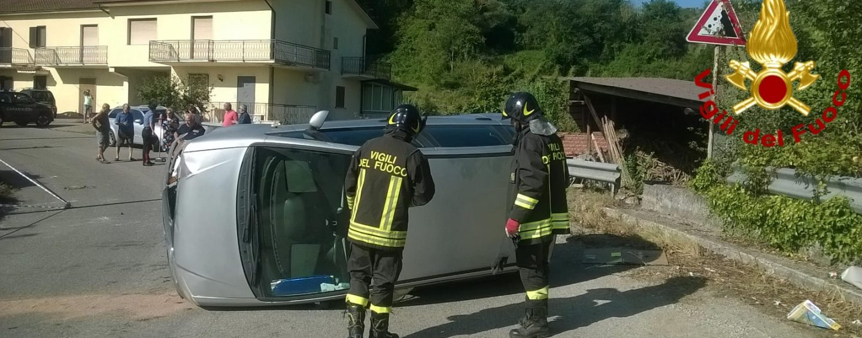 Perde il controllo dell'auto e si ribalta