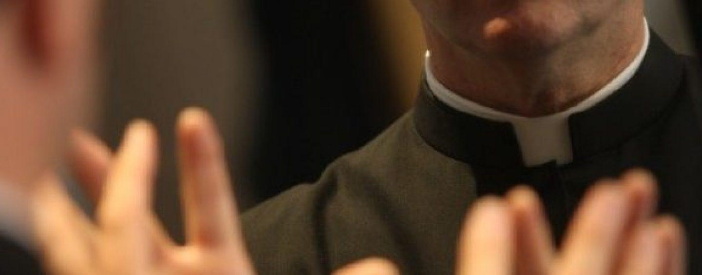 Sms a sfondo erotico a uomini sposati: nel mirino un parroco di Avellino