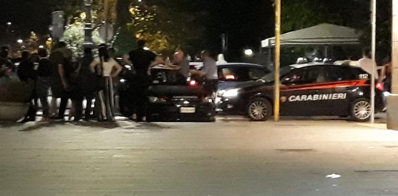 Ragazzo di colore pestato in centro, si rifugia in un bar