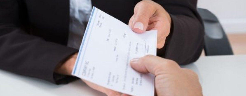 Altera i dati e incassa illecitamente un assegno bancario: denunciato 60enne