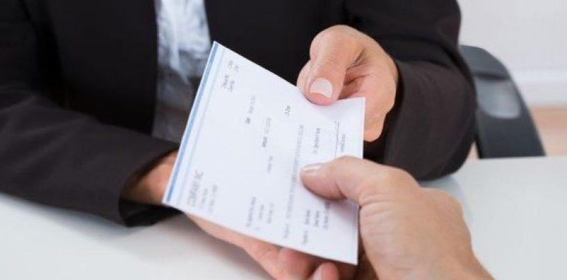 Incassa un assegno di 850 euro destinato ad un'altra persona: deferita
