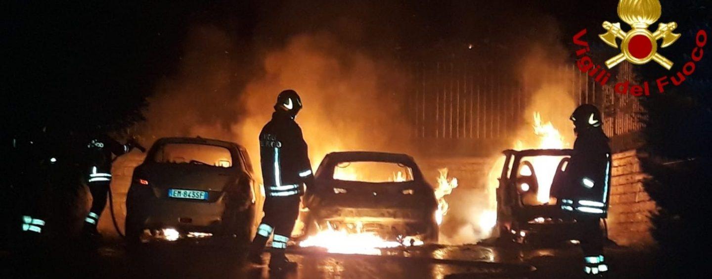 Incendio nella notte in città, coinvolte tre auto