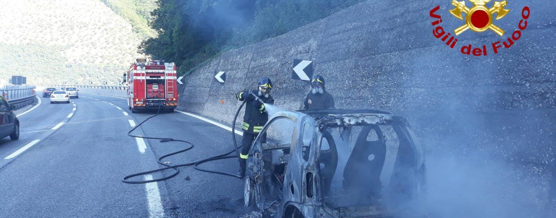 Prende fuoco l'auto su cui viaggiano: paura per due coniugi