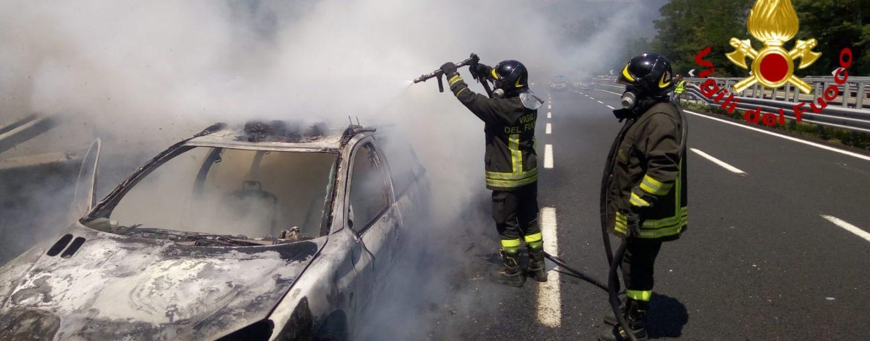 Auto in fiamme sulla Napoli-Canosa: vacanza da incubo per una famiglia
