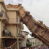 VIDEO/Fontanarosa, una tradizione spezzata: cade il carro, sfiorata tragedia