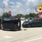 Scontro violento tra auto, tre ragazzi finisco al pronto soccorso