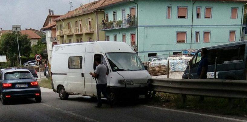 Sbanda con il suo furgone e finisce contro il guard rail