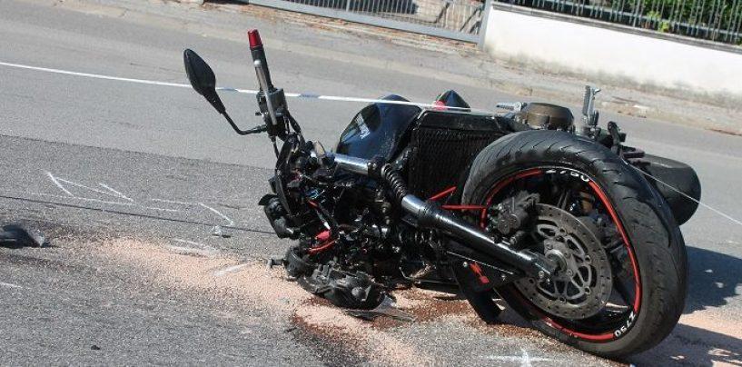 Doppia beffa per un centauro: coinvolto in un incidente, viene trovato senza patente