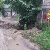 Bomba d'acqua sull'Irpinia: strade chiuse in città, a Tufo esonda un torrente